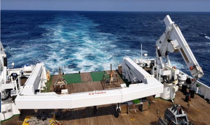 이사부호 꼬리 부분에 설치된 A형 프레임은 각종 해양조사장비를 바다로 내리는 핵심 장치다. - 전승민 기자 제공