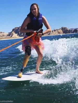 수상 스키 타는 '아름다운 여성'