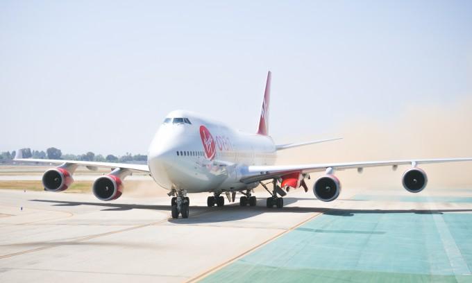 미국의 소형위성 발사 전문기업 버진 오빗이 보잉 747을 개조해 만든 위성발사용 대형 항공기 '코스믹 걸'. 왼쪽 날개 안쪽에 빨간색 부위가 여분의 엔진 자리로 발사체가 장착되는 곳이다.-버진오빗 제공
