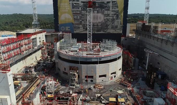 올해 8월 국제핵융합실험로(ITER) 본관 건설 현장. 가운데 원통형 건물이 핵융합로(토카막)가 설치될 공간이다. 그 뒤쪽의 높은 건물이 메인 조립동이다. - ITER 국제기구 제공