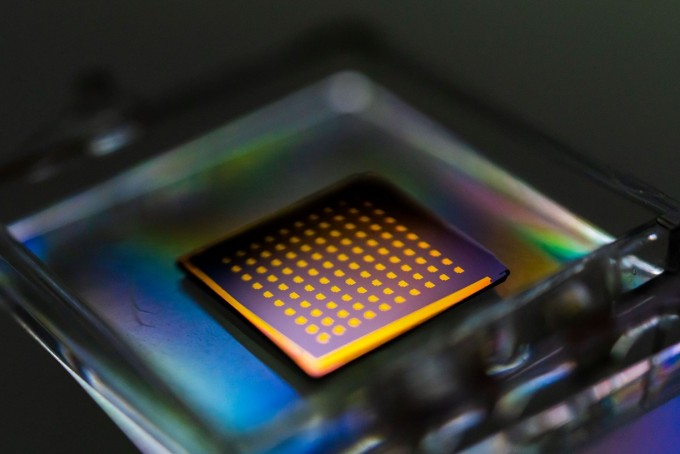 미국 MIT 연구팀이 2차원 물질을 빠르교 효율적으로 생산할 수 있는 기술을 개발했다. -사진 제공 Peng Li/MIT