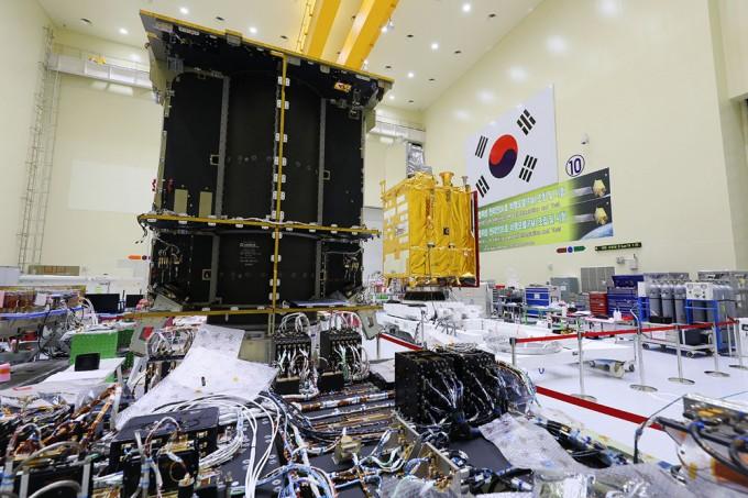 조립 완료된 '천리안 2A호'(오른쪽)와 현재 조립 중인 쌍둥이 동생 2B호. 본체는 같지만 임무는 완전히 다르다. 2A호에는 기상관측탑재체가, 2B호에는 해양탑재체와 환경탑재체가 실린다. 한국항공우주연구원(KARI) 제공