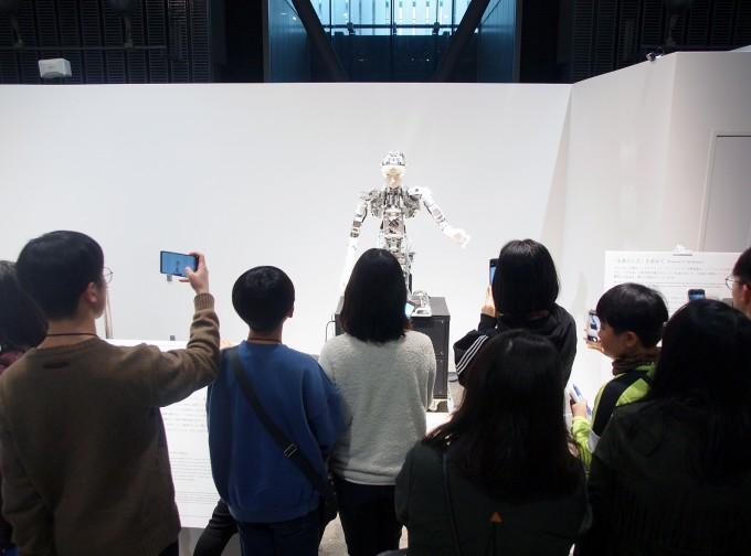 연수에 참여한 학생들이 ′미라이칸′의 로봇을 살펴보고 있다. 도쿄, 요코하마=윤신영 기자