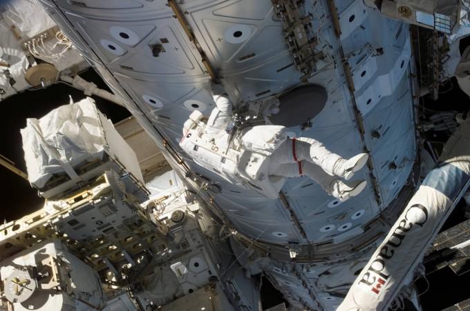 우주인이 임무를 수행할때 태양폭풍이 발생하면 방사선 노출위험이 크게 증가한다.-NASA 제공