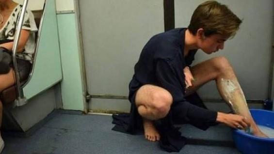 지하철에서 다리 면도하는 여자?
