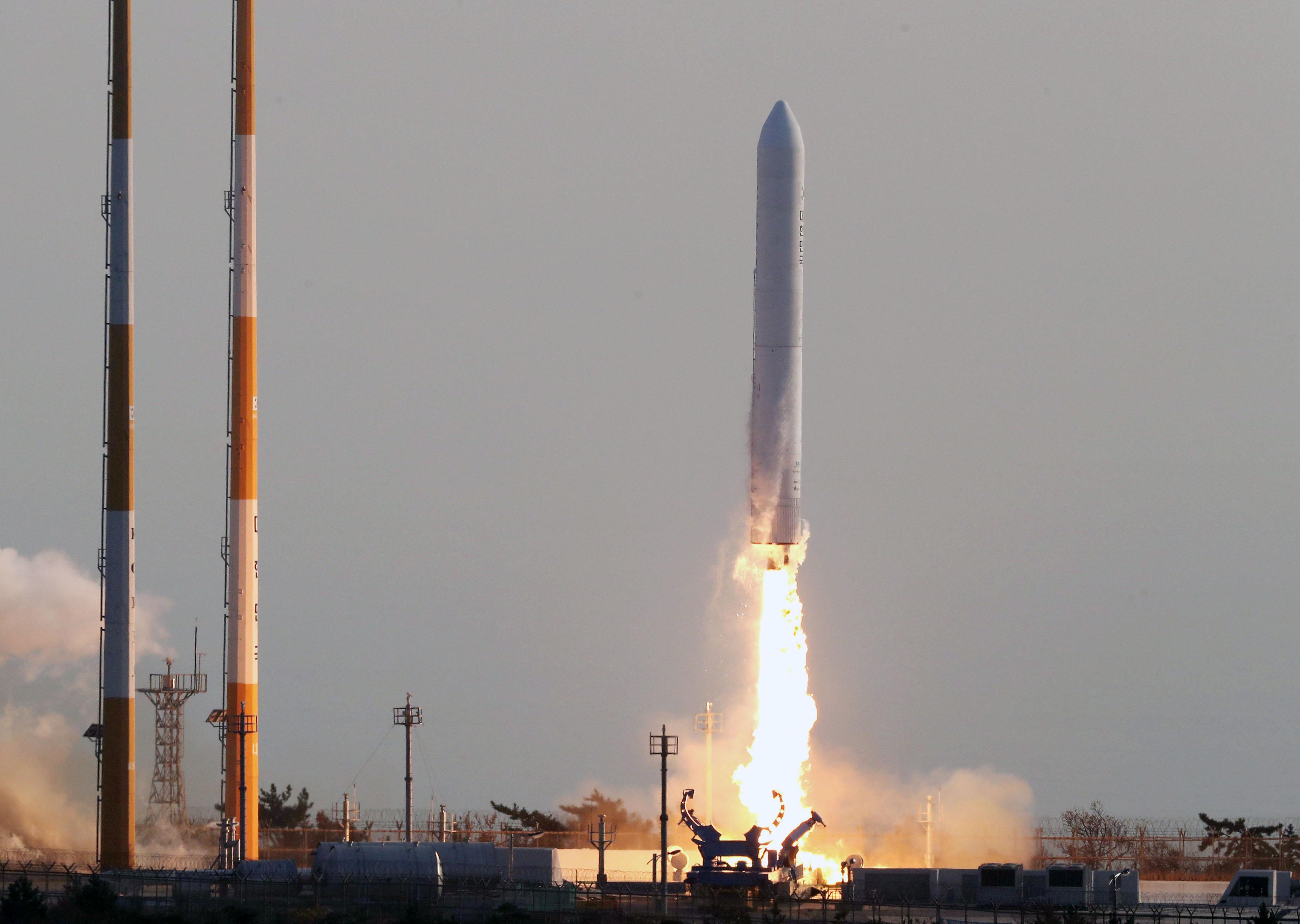 한국형발사체(KSLV-Ⅱ) '누리호'의 주 엔진을 검증하기 위한 시험발사체가 28일 오후 4시 전남 고흥 나로우주센터 발사대에서 성공적으로 발사됐다. 사진공동취재단