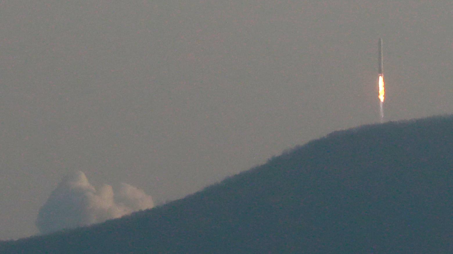 28일 오후 전남 고흥군 봉래면 나로우주센터 발사대에서 한국형 발사체 누리호 엔진의 시험발사체가 발사되고 있다.연합뉴스