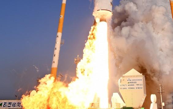 최고 목표보다 1초 불꽃 더 내뿜은 한국의 첫 우주 로켓엔진