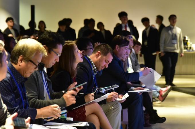 세계 각국에서 초청된 글로벌 벤처투자자들이 국내 스타트업들의 사업 아이템을 평가하고 있다. - 창업진흥원 제공