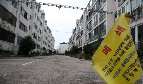 경북 포항시 북구 흥해읍 대성아파트 일부동이 지난해 일어난 지진 이후에 폐쇄돼 황량한 느낌을 주고 있다 - 연합뉴스 제공