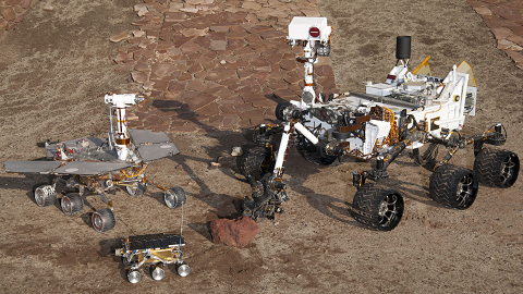 현재까지 화성 표면의 탐사한 로버다. 왼쪽부너 시계방향으로스피릿과 오퍼튜니티 모델, 큐리오시티모델, 최초의 착륙선인 소저너다.-NASA 제공