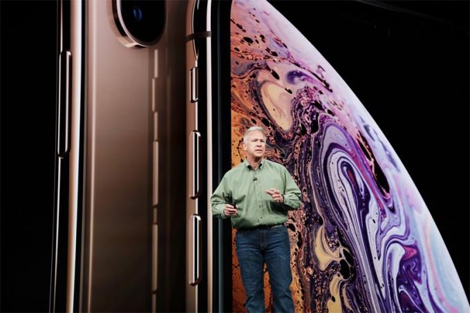새로운 아이폰 시리즈는 화면 크기가 최소 5.8인치에서 시작하는 대화면 스마트폰이었다. - 애플