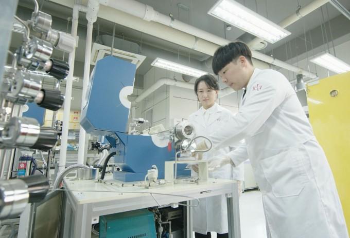 김수민 KIST 연구원(왼쪽)이 새로 개발한 단결정 구조 물질을 실험하고 있다. 한국과학기술연구원 제공