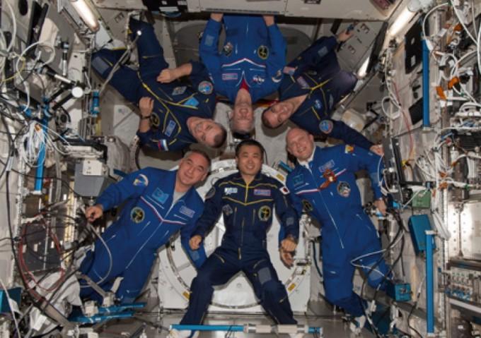 NASA는 다른 국가들과 협력해 더 큰 우주 임무를 달성했다. 사진은 ISS에 머문 39번째 팀으로(2014년), 당시 대장은 일본인 와카타 코이치(아래 가운데)였다.