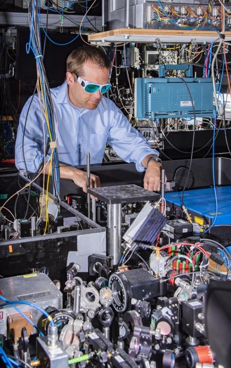 미국 국립기술표준원(NIST) 연구진이 이터븀 원자시계를 시험하고 있다. NIST 제공.