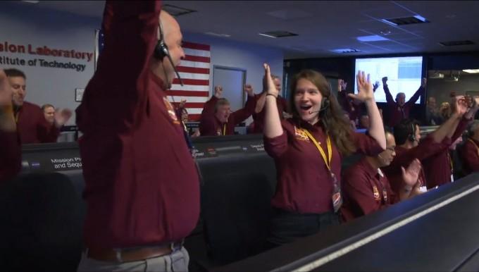 미국 캘리포니아에 위치한 미국항공우주국(NASA) 제트추진연구소에서 화성 착륙선 인사이트의 착륙 성공이 확인되자, 연구원들이 큰 환호성을 지르고 있다. - 사진 제공 NASA