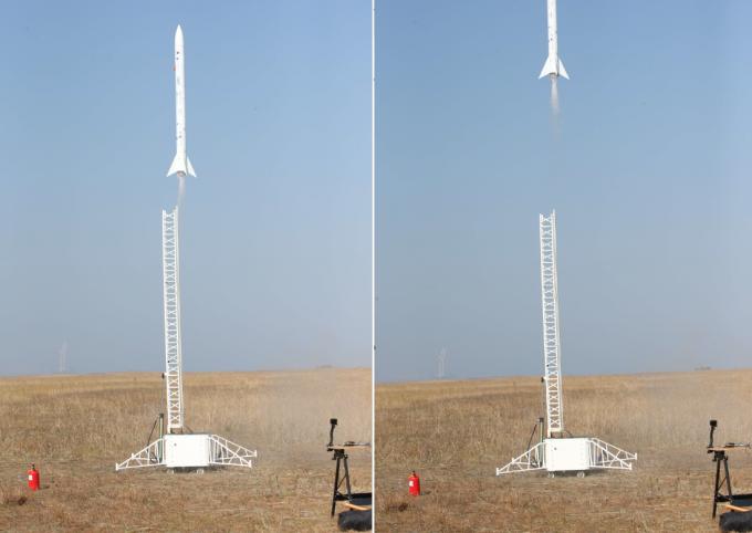 KAIST가 개발한 소형 과학로켓 '우리새-2호' 4일 오전 전북 새만금 간척지에서 발사된 모습. - KAIST 제공