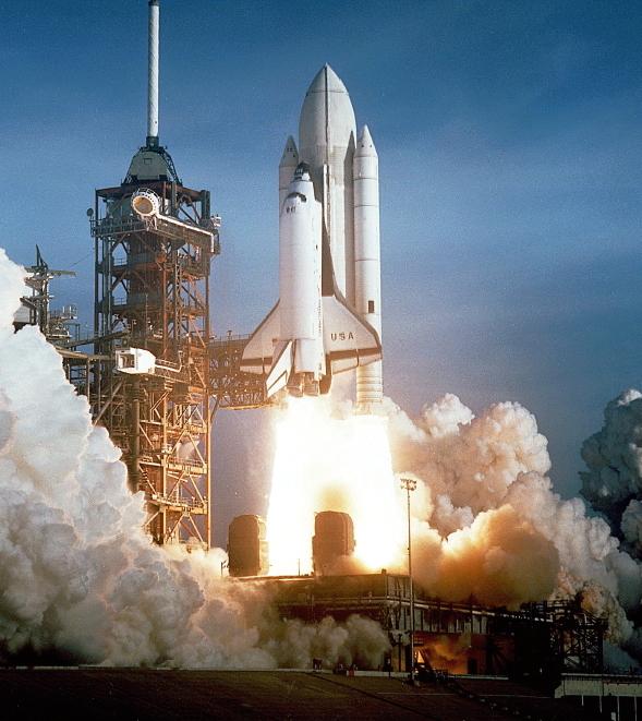 1981년 4월 12일 케네디우주센터에서 발사된 우주왕복선 컬럼비아. 컬럼비아는 재사용이 가능한 최초의 우주왕복선이다.
