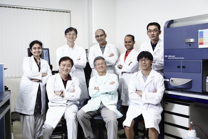 생전의 찰스 서 연구단장(앞줄 가운데)과 연구단 과학자들. 이때만 해도 수년 뒤 엄청난 비극이 일어나리라고는 꿈에도 생각하지 못했을 것이다. 서 단장과 IBS를 믿고 안정적인 교수 자리도 마다하고 한국에 온 외국 과학자들은 뛰어난 성과를 내고도 쫓겨나는 황당한 상황을 겪고 있다. IBS 면역 미생물 공생 연구단 제공