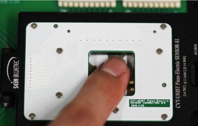 디스플레이 내부에 지문 센서를 심으면, 베젤뿐만 아니라 부품 수도 줄일 수 있다. 사진은 울산과학기술원(UNIST) 연구진이 개발한 지문 센서. 유연하고 투명해 액정에 삽입할 수 있다. - 박장웅 제공