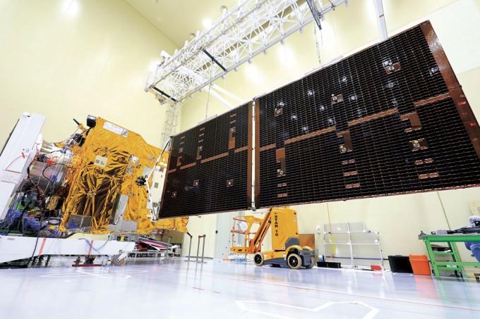 국내 기술로 독자 개발한 첫 정지궤도위성 '천리안 2A호'. 대전 한국항공우주연구원 위성시험동에서 태양전지판 전개를 시험하고 있다. 한국항공우주연구원(KARI) 제공