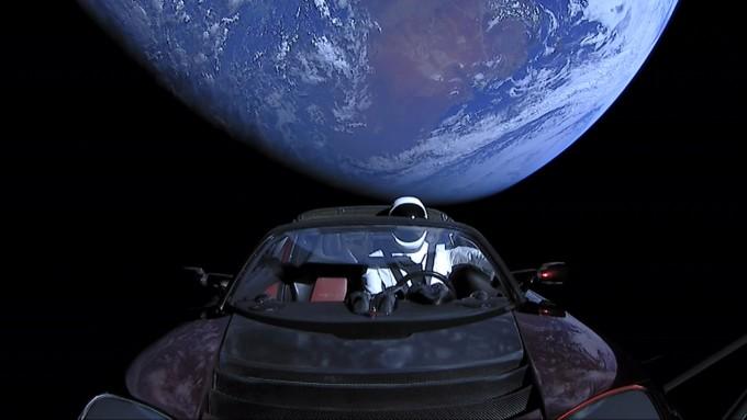 올해 2월 화성궤도를 향해 지구를 떠난 일론 머스크가 타던 전기차 '로드스터'와 운전석에 탄 우주인 마네킹 '스타맨'. - 스페이스X 제공