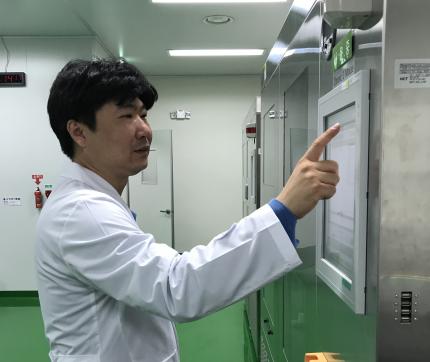 김용순 산업안전보건연구원 연구위원이 독성분석용 장비를 다루고 있다-산업안전보건연구원 제공
