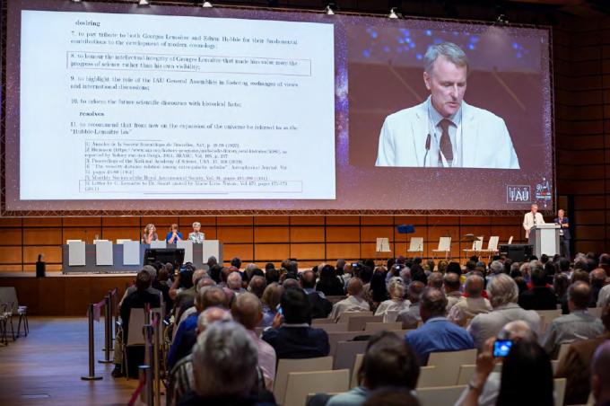 지난 8월 20일부터 31일까지 오스트리아 빈에서 진행됐던 국제천문연맹(IAU) 연례회의에서 미국의 천문물리학자인 브루스 엘머그린 IAU 결의위원회 의장이 허블 법칙의 이름 개명안건을 제안하고 있다. -국제천문연맹 제공
