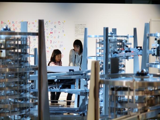 최지현(왼쪽), 송예슬 양이 미라이칸의 시설물로 통신의 원리를 알아보고 있다. 도쿄, 요코하마=윤신영 기자