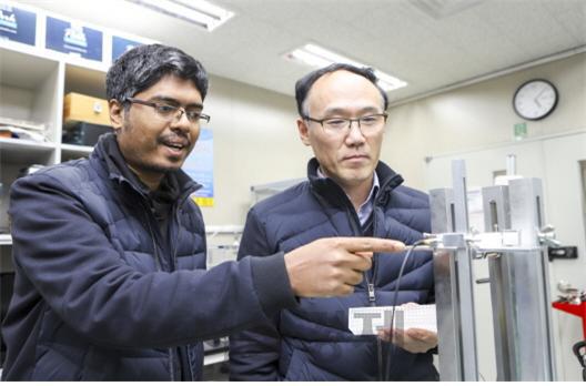 한국기계연구원 나노자연모사연구실 허신(사진 오른쪽) 책임연구원이 연구진과 함께 음향 메타렌즈 실험장치를 살펴보고 있다. 사진제공=한국기계연구원