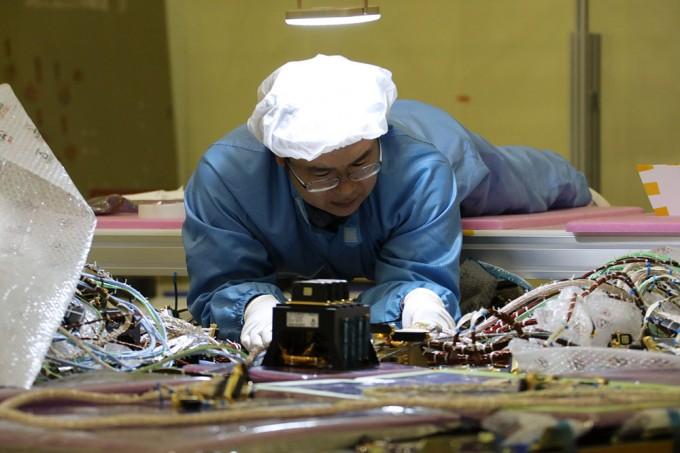 '천리안 2A호'에는 부품이 10만 개가량 들어간다. 부품과 부품을 연결하는 전선의 무게만 72kg에 달한다. 한국항공우주연구원(KARI) 제공