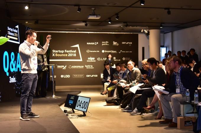 스타트업 브랜뉴테크의 정재윤 대표가 이달 9일 부산에서 열린 '2018 팁스 그랜드컨벤션'에서 글로벌 벤처투자자들을 대상으로 자사의 인공지능(AI) 기반 로고 디자인 서비스에 대해 발표하고 있다. - 창업진흥원 제공