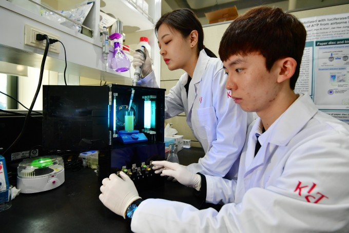 KIST 환경복지연구단 김병찬 박사팀 연구진이 개발한 수질 내 세균을 없애는 친환경 항균 복합체를 이용하여 항균 실험을 하고 있다.  -한국과학기술연구원 제공