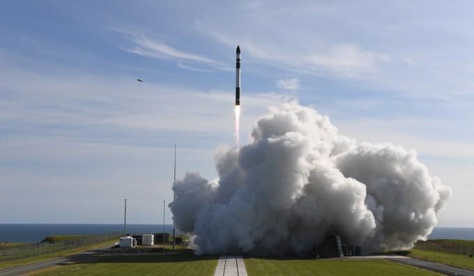 11일 뉴질랜드 발사장에서 첫 번째 상업발사 중인 미국 민간발사체기업 로켓랩의 발사체 일렉트론. -사진제공 로켓랩