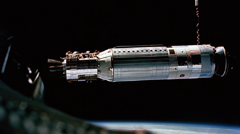 1966년 3월 16일 '제미니 8호'는 세계 최초로 지구 궤도에서 2대의 우주선을 도킹시켰다. 이때 선장이 훗날 최초로 달 탐사에 성공하는 닐 암스트롱이다.