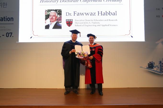 파와즈 하발 하버드 공대 학장(오른쪽)이 UNIST 정무영 총장으로 부터 명예박사 학위를 받고있다. 울산과학기술원 제공.