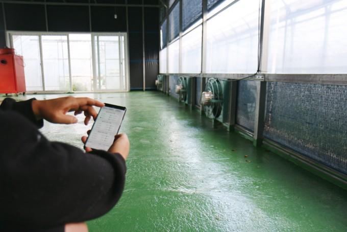 하병욱 씨는 친구네 곶감 창고의 환풍기를 스마트폰으로 켜고 끌 수 있는 기술도 만들어줬다. 하병욱(농부와 로봇)