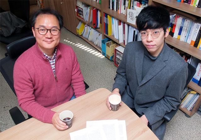 원병묵 성균관대 신소재공학부 교수(왼쪽)와 김진영 연구원이 커피를 들고 자세를 취했다. 재미로 시작한 연구지만 응용 가능성이 많다. -윤신영 기자