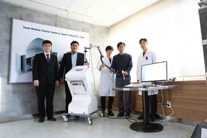 X선 근접 암치료장비 개발에 성공한 KAIST 연구진. KAIST 제공.
