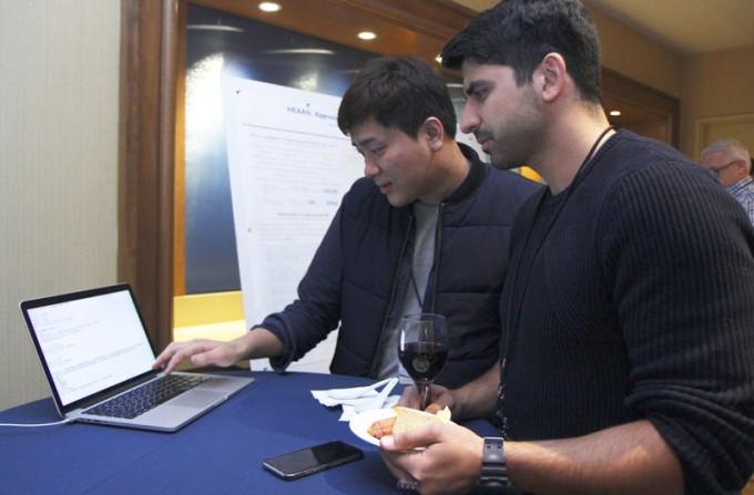 한규형 수학기반 산업데이터 해석 연구센터 연구원(왼쪽)이 3월 15일(현지 시간) 미국 보스턴에서 열린 '동형암호 표준화 국제회의'에서 자체 개발한 동형암호 프로그램 '혜안(HEAAN)'을 시연하고 있다. 최영준 기자 제공