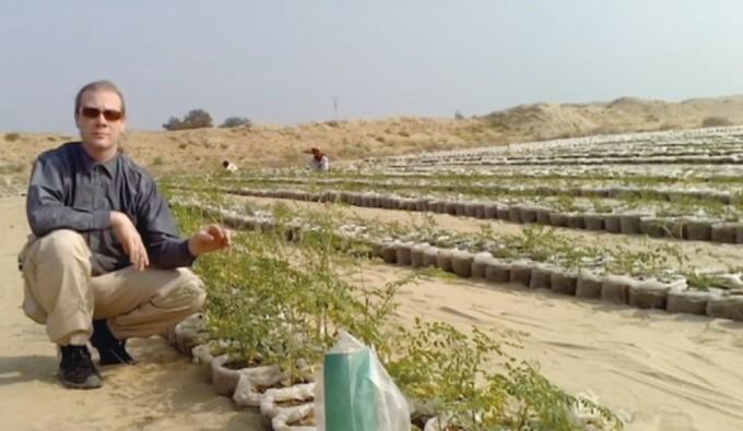 올레센이 나노 진흙으로 만든 사막 농장 옆에서 원리를 설명하고 있다. 유튜브 캡처