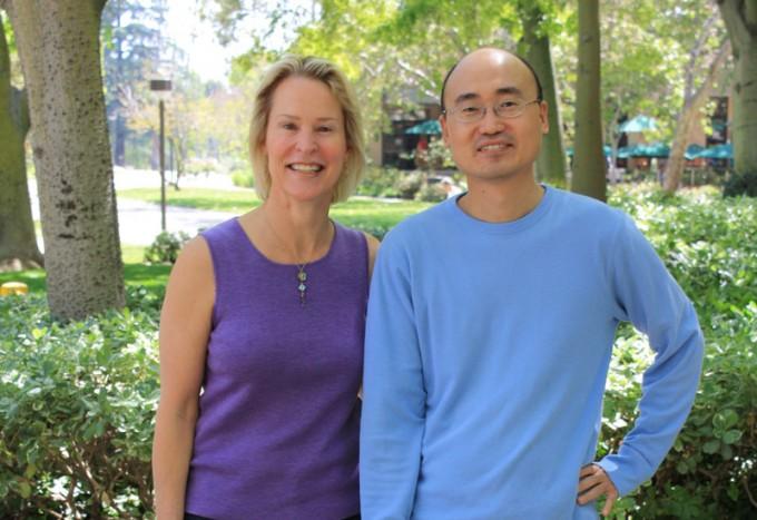 필자(오른쪽)는 프랜시스 아놀드 교수 연구실에서 2010년부터 1년간 박사후과정 연구원으로 지냈다. 사진은 2011년 4월 26일 캘리포니아공대 실험실 건물 앞에서 아놀드 교수와 함께 촬영했다. 정상택 제공