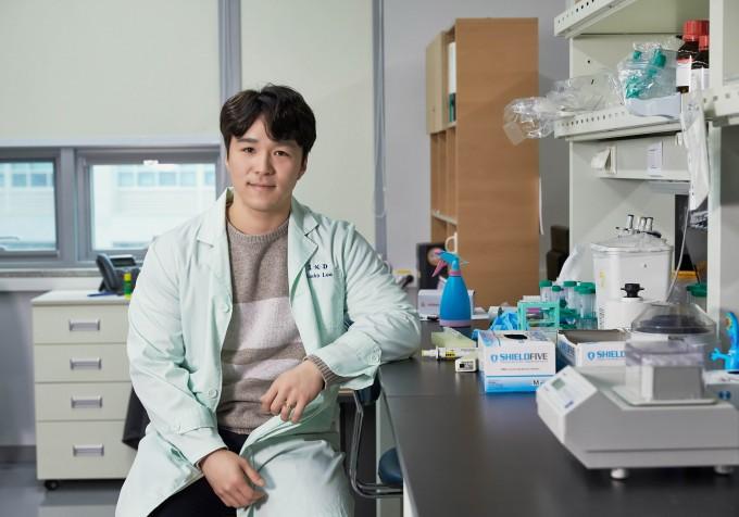 UNIST 이준호 연구원이 아시아권에서 최초로 ′머크 생명과학상 2018′에서 종양생물학 부분 1위를 차지했다.-울산과학기술원 제공