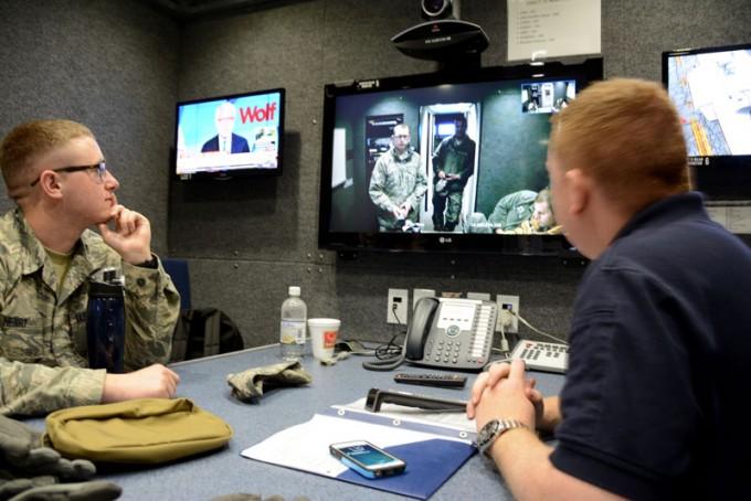 군사 통신의 핵심은 보안이다. 최근 미국 연구팀은 여러 사람이 동시에 참여하는 인터넷전화(VoIP)회의에 동형암호를 적용해 통신 내용을 보호할 수 있다는 연구 결과를 내놨다. 사진은 미군이 화상 회의를 하고 있는 모습이다. U.S. Air National Guard 제공