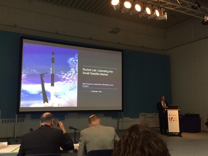10월 3일 독일 브레멘에서 열린 국제우주대회에서 발표중인 브래들리 슈나이더 로켓랩 부사장. 브레멘=윤신영 기자