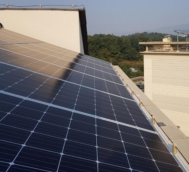 서울 강남구 신동아아파트 옥상에 태양전지가 설치된 모습. 여기서 생산한 전기로 지하주차장, 복도 등에서 사용하는 공용전기를 모두 충당하고 있다. 이영혜 기자 제공