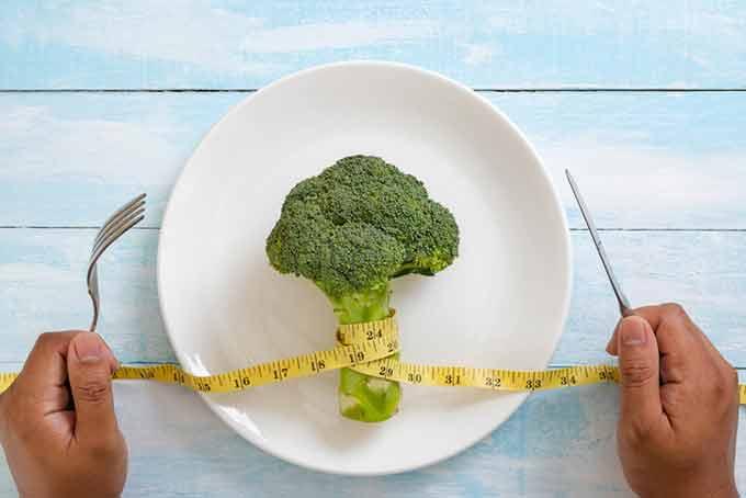 섭취하는 칼로리를 확 줄이지 않아도 '무엇을 언제' 먹느냐에 신경을 쓰면 효과적으로 살을 빼고 건강도 챙길 수 있다. 게티이미지뱅크