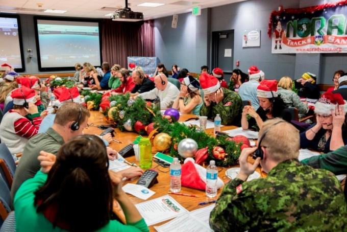 미국 콜로라도주 스프링스필드 북미항공우주방위사령부(NORAD) 장병들이 크리스마스를 맞아 산타클로스 위치를 문의하는 전화를 받고 있다. NORAD 제공