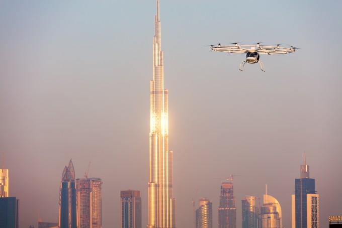 사진은 독일 드론 회사가 두바이 도심에서 드론 택시 시험비행을 하는 장면이다. 라이트 형제가 첫 비행을 한지 115년이 지났다. 그동안 ′하늘길′에 많은 일이 벌어졌다. - volocopter