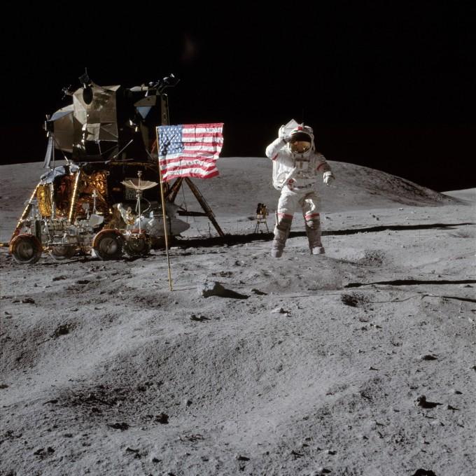 달 위에 선 존 영. 그는 42년간 NASA에 복무하며 달 착륙과 우주왕복선 등 4개 임무를 한 베테랑 우주인이었다. - 사진 제공 NASA
